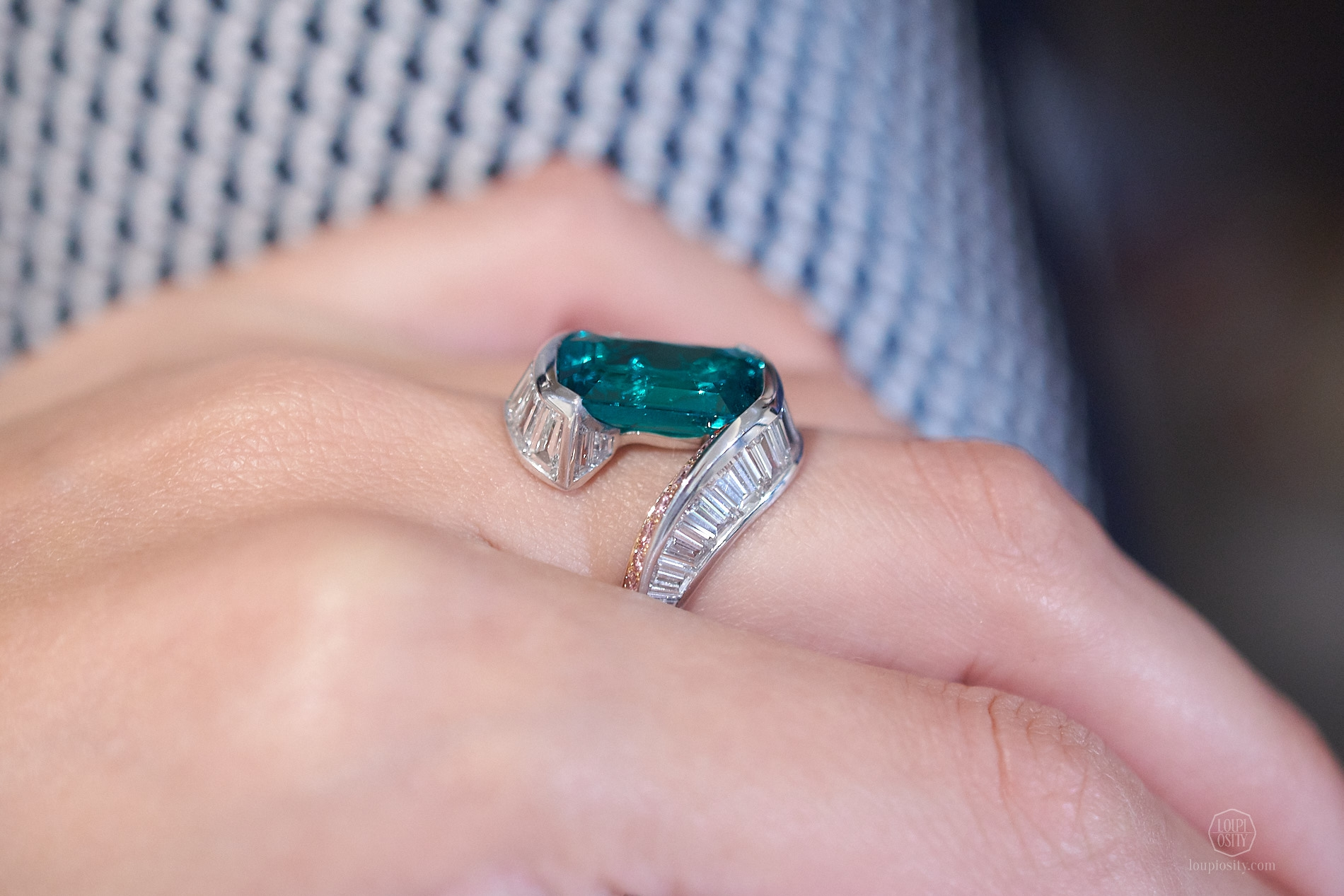 Swing ring with Colombian emerald