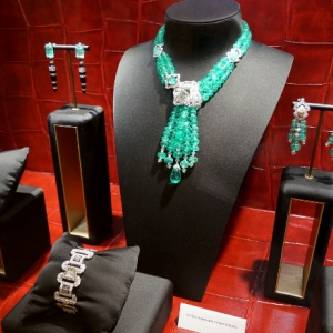 set-diamonds-and-emerald-beads