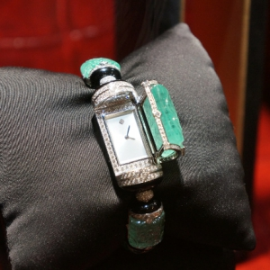 watch-with-diamonds-and-engraved-emeralds