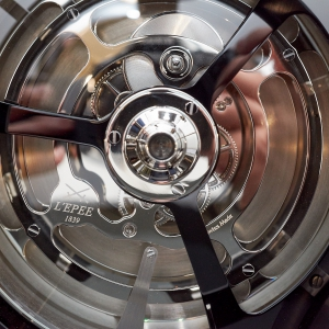 Ross on the observation ring and its movement underneath - MB&F and L'Epée - The Fifth Element