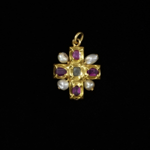 3-_cross_pendant_gold_with_rubies_and_pearls_germany_1500-25_c_victoria_and_albert_museum